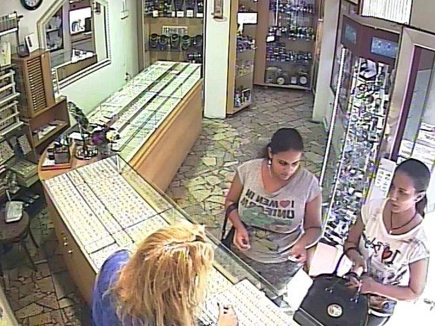 ZÁBĚRY z kamerového systému, který je instalován ve zlatnictví, zachycují podobu obou  žen podezřelých z krádeže.