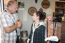 KATEŘINA HÁJKOVÁ, provozovatelka baru ve Fortenské ulici ve Slaném se stejně jako Václav Duchek nestačí divit tomu, co se v podniku minulý týden odehrálo.