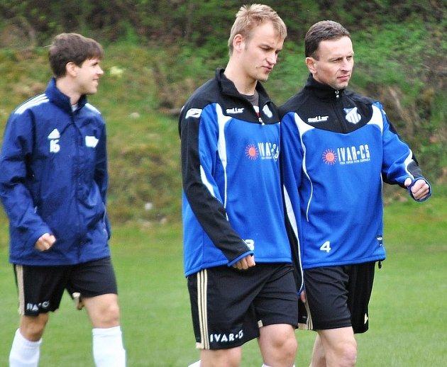 Exligista ve službách Všenor Martin Müller (vpravo) před utkáním v Dobřichovicích, v němž vyrovnával na 3:3. Jeho tým ale podlehl v penaltách.