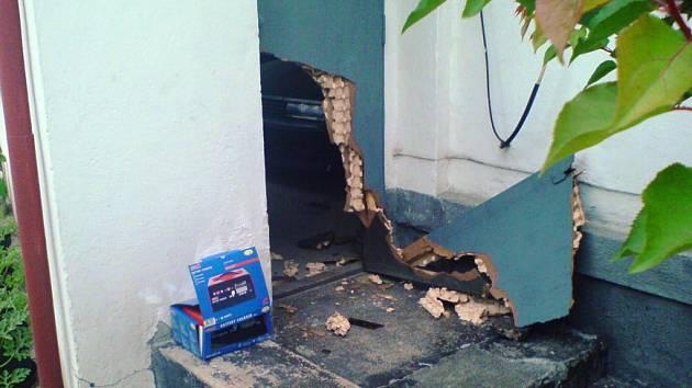 Tři mladí výtečníci se vlopali do garáže u domu v ulici Dr. Steinera.