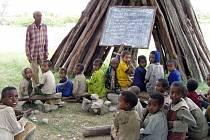 Děti z kladenské speciální školy Korálek  malují pro své kamarády v Africe obrázky.  Výtěžek z jejich prodeje bude použit na stavbu nové školní budovy v Africe.