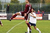 Fotbalový zadák Hafenrichter (v červeném) se věnuje hodně futsalu, v němž vyniká. Loni bojoval za Teplice, letos je v Kladně. právě v Teplicích připravil hezky branku Chrobákovi.