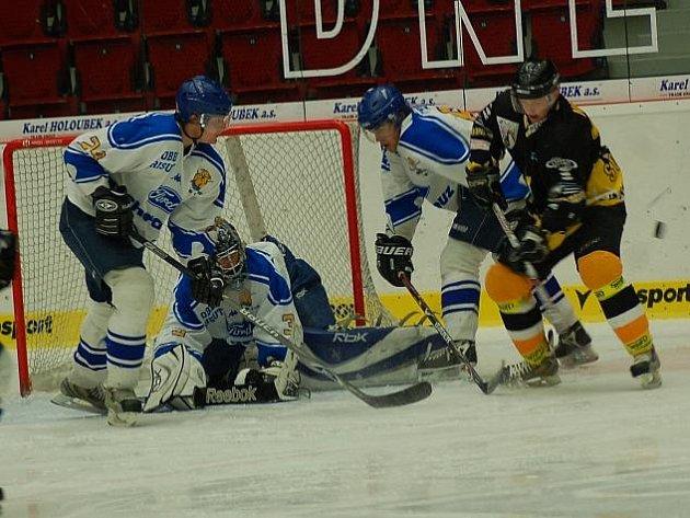 Hrálo se také před řisutským gólmanem Pospíšilem, jemuž pomáhá i Landa (vlevo).