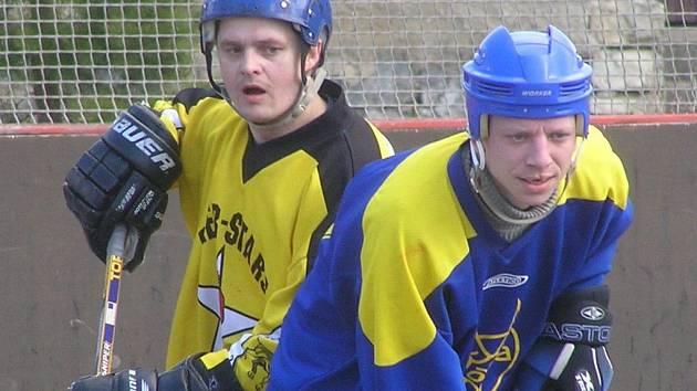 Unhošťský střelec David Marčaník (vpravo) se trefil do sítě Slaného B hned dvakrát, na výhru to však Kozlům nestačilo.