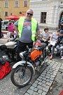 Martin Doupovec a jeho první motorka od babičky. Sám byl překvapen, jejího současného majitele ani nezná. Poznal ovšem svoje výtvarné umění, kterým stroj kdysi opatřil.