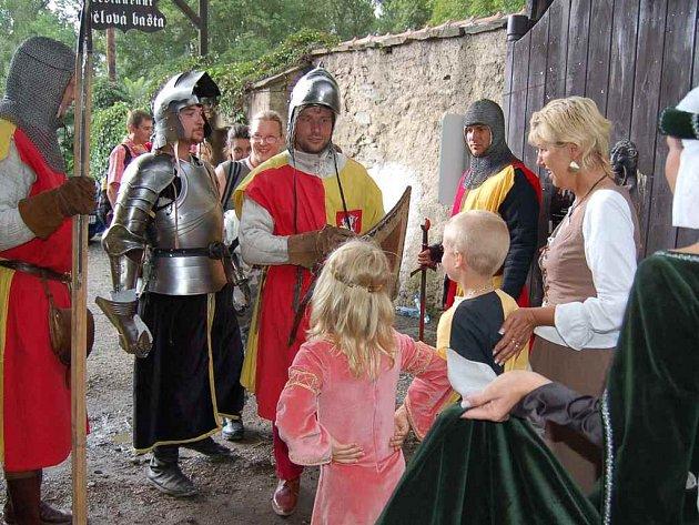 Rytíři vítali návštěvníky v bráně hradu Okoře.