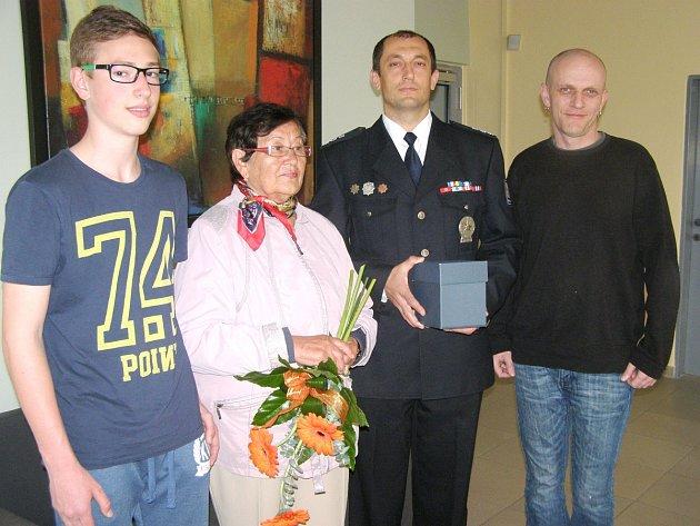 POCTIVOU NÁLEZKYNI Jarmilu Votoupalovou ocenil nejen vedoucí policejního oddělení Michal Strieborny, ale i šéfredaktor Kladenského deníku Robert Božovský. Vpředu je majitel notebooku Lukáš.