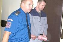 Jeden z obžalovaných vchází do soudní síně