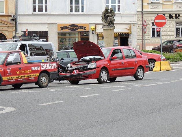 Motorkář utrpěl v Unhošti zranění a byl převezen do nemocnice.