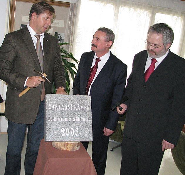 Na základní kámen ného oddělení magnetické rezonance poklepali  společně středočeský hejtman Petr Bend, ředitel Oblastní nemocnice Kladno Otakař Mareš a další vzácní hosté