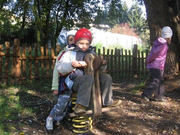 Ráj pro děti. V dopoledních hodinách navštěvují Sítenské údolí předškoláci, například z MŠ v Plzeňské ulici.
