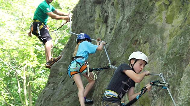 Via ferrata na Slánské hoře. Horolezec Roman Kozelka (vlevo) se slánskou mládeží. Veřejnost má přístup na ferratu pouze na vlastní nebezpečí.