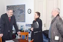 Petici předali primátorovi Kladna Danu Jiránkovi zástupci občanského sdružení Buštěhrad sobě  Daniela Javorčeková a Jaroslav Pergl (vpravo).