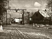 Lánská brána se klenula na jižním konci obce přes cestu na Beroun, avšak v dubnu roku 1959 byla stržena.