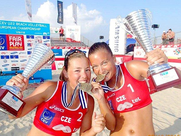 Eliška Davidová (vlevo) sHanou Třešňákovou slaví bronz na ME.