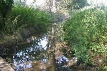 Neznámý pachatel uvolnil hráz lodenického rybníka. V Kačickém potoce již opět teče voda.