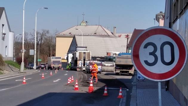 Práce na silnici u Baumaxu v Kladně v Unhošťské ulici.