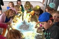 DĚTI I DOSPĚLÍ si mohou interaktivní pískoviště vyzkoušet v Hornickém skanzenu Mayrau ve Vinařicích do 1. července.