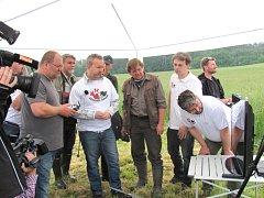 PŘEDSTAVENÍ nové mobilní aplikace veřejnosti v Lánech se ujal ministr životního prostředí Richard Brabec a prorektor České zemědělské univerzity v Praze Petr Heřmánek.