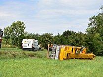 Jeřáb se převrátil na bok, nehoda se obešla bez zranění.