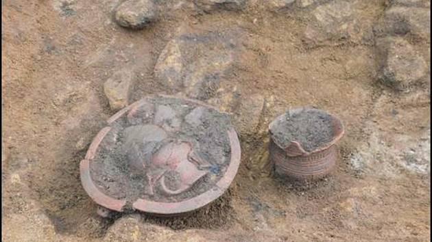 Část pohřební výbavy z období kultury se zvoncovitými poháry.