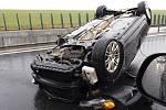 Škoda Octavia zůstala převrácená na střeše