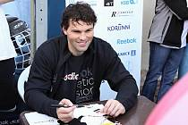 Hokejovou školičku ve Slaném navštívili ve čtvrtek na slánské plovárně její patroni a reprezentanti Jaromír Jágr s Petrem Průchou.