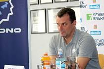 Jiří Burger, bývalá legenda hokejových Vítkovic, dnes trénuje mládež doma v Kladně.