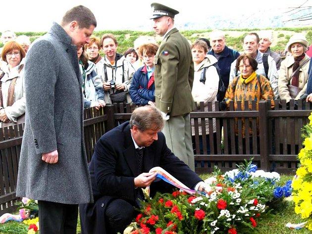 Hejtman Petr Bendl položil   věnec u hrobu prvního prezidenta v Lánech  a   také se vyjádřil k incidentu na zámku.