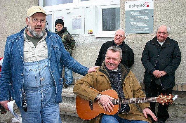 Ludvík Hess (vlevo) zakladatel babyboxů při slavnostním zprovoznění vyhřívané schránky pro děti ve Slaném v roce 2011. Nechyběl, kromě dalších, muzikant Miroslav Paleček