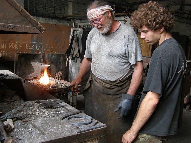 Umělecký kovář Stanislav Rovný s jedním ze svých kovanců.