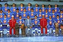 Hokejový tým Poldi Kladno v sezoně 1985/86. Tehdy byl v kádru i Roman Nedvěd (vpravo nahoře).