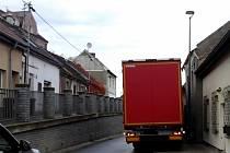 Kamion zůstal zaseknutý v kladenské ulici V. Burgra.