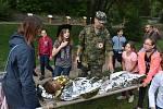 Setkání vojáků s dětmi, rodiči a pedagogy na dvoře 1. ZŠ, Politických vězňů Ve Slaném Na Hájích.