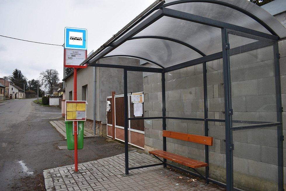 Zastávka v místní části Slaného v Trpoměchách. Byla vybudována před nedávnem. Někdo už přesto stačil poškodit lavičku.
