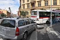 Nehoda autobusu a osobáku.