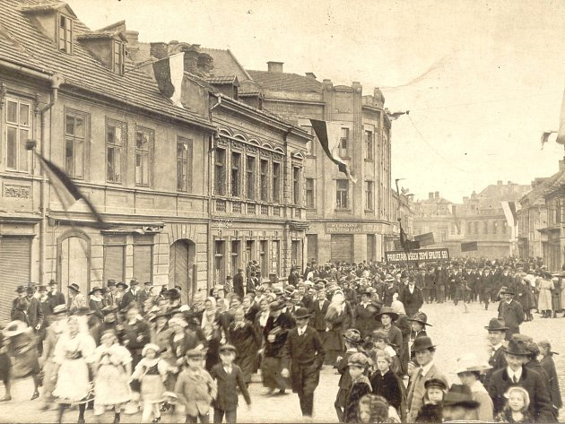 MANIFESTUJÍCÍ  na tehdejší Královské třídě v Kladně při oslavách svátku práce 1. května 1918  s tradičním heslem Proletáři všech zemí, spojte se.