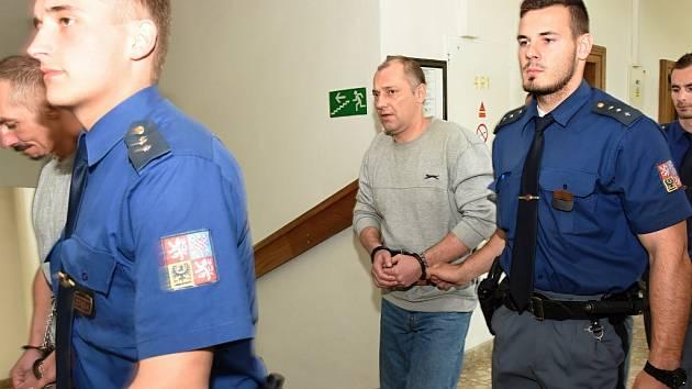 Soud za ubití bezdomovce vrahům tresty mírně snížil