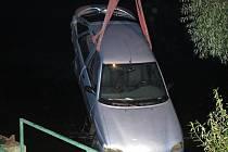 Hasiči tahají automobil utopený v rybníku Bucek.