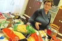 ŘEDITELKA ČESKÉHO ČERVENÉHO KŘÍŽE KLADNO Stanislava Klicmanová Maříková kontroluje potraviny věnované v rámci humanitární sbírky.