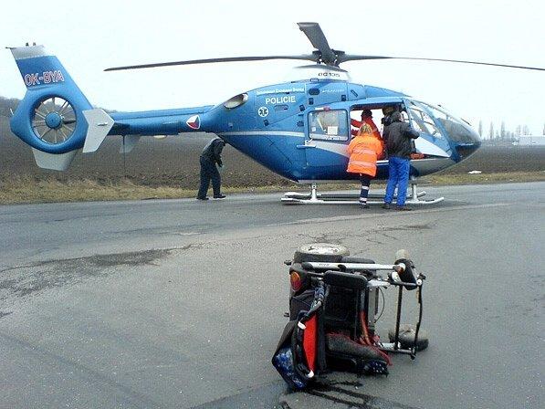 Zraněného vozíčkáře transportoval do nemocnice vrtulník.