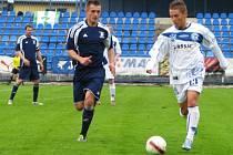 Nicolas Šumský (vpravo) v souboji s obranou Vltavínu.