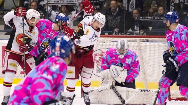 Rytíři Kladno (v růžovém) movembrovský zápas zvládli, Prostějov porazili 6:1.