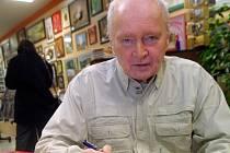 Psychiatr, sexuolog, gynekolog a spisovatel Miroslav Plzák při jedné ze svých autogramiád