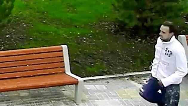 Městské kamery muže zachytily.