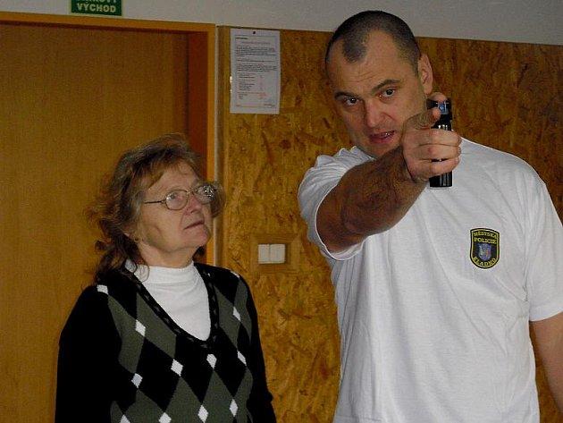 Při debatách Městské policie kladno o bezpečnosti seniorů, se účastníci učít i sebeobraně.