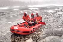 Cvičení hasičů. Záchrana osoby ze zamrzlé vodní hladiny.