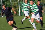 Daniel Asnik (5) vede míč z půle Lhoty // SK Lhota - SK Doksy 2:1 (2:0), utkání I.A. tř., 2010/11, hráno 10.10.2010