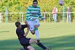 Zdeněk Podraný (9) působil dokeským velké problémy. Kromě jiného hlavičkoval první branku. Dole Roman Steckovič // SK Lhota - SK Doksy 2:1 (2:0), utkání I.A. tř., 2010/11, hráno 10:10.2010