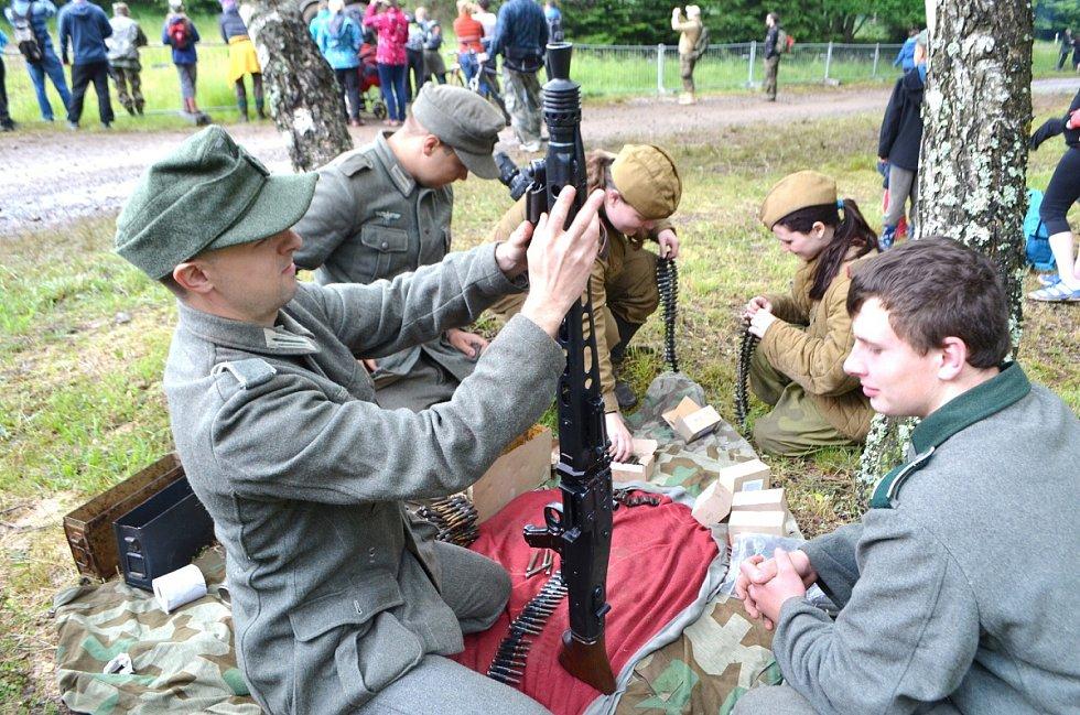 PO SKONČENÍ ukázky již panovala mezi německými vojáky a ruskými děvčaty přátelská atmosféra.